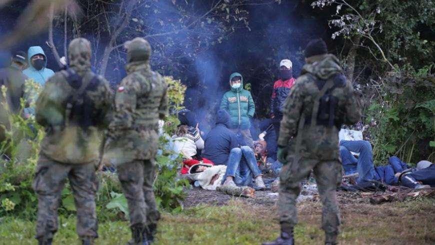 وزير الداخلية البولندي يحذر من وجود إرهابيين بين اللاجئين على الحدود مع بيلاروسيا, صحيفة عربية -بروفايل نيوز